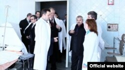 Cu premierul Vlad Filat vizitînd o unitate medicală