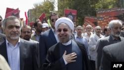 Эроннинг янги президенти Ҳасан Руҳоний Теҳрон шаҳридаги намойишда, 2013 йил 2 август.