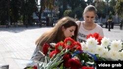 Ուկրաինայի մայրաքաղաքի բնակիչները հարգանք տուրք են մատուցում նախօրեին խորհրդարանի մոտ նռնակի պայթյունից զոհված զինծառայողների հիշատակին: Կիև, 1-ը սեպտեմբերի, 2015թ.