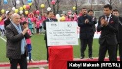 ФИФАнын президенти Йозеф Блаттер Бишкектеги жаңы футбол талаасынын ачылышында, 25-март, 2014.