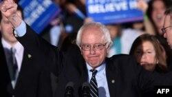 АҚШ президенті сайлауына кандидат болуға күресіп жатқан, Демократиялық партиядан шыққан сенаторБерни Сандерс (ортада).