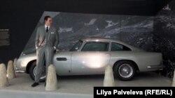 Восковой шпион и его серебристое авто