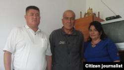 Исраил Халдаров (в центре) с активистами «Эзгулика» Василей Инаятовой и Абдурахманом Ташановым.