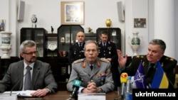 Посол Словаччини в Україні Урбан Руснак, начальник Оборонного коледжу альянсу Вольф-Дітер Лезер, генерал армії України Віталій Радецький (зліва направо) на прес-конференції з нагоди відкриття Міжнародного тижня НАТО 9 лютого 2009 р.