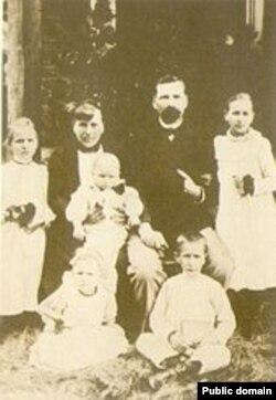 Канстанцыя Буйло (крайняя зьлева) разам з бацькамі Антонам і Настэзіяй Буйло, 1900-я