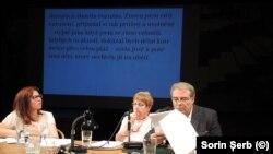 Adrian Cioroianu a citit fragmente literare și eseistice, iar pe ecranul din spate rula traducerea în limba cehă.
