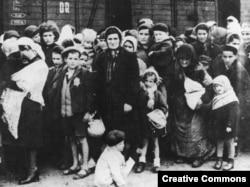 Группа евреев из Венгрии в день прибытия в Освенцим. 1944 год.