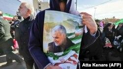 Демонстрант с портретом Сулеймани