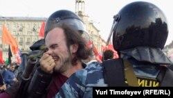 """Полиция задерживает участника """"Марша миллионов"""" в Москве, 6 мая 2012"""