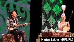 Айтыс в Алматы. На сцене — импровизаторы Канат Мырзахан и Молдир Айтбай. Февраль 2017 года.