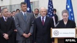 Pamje nga ceremonia në Ambasadën Amerikane në Prishtinë