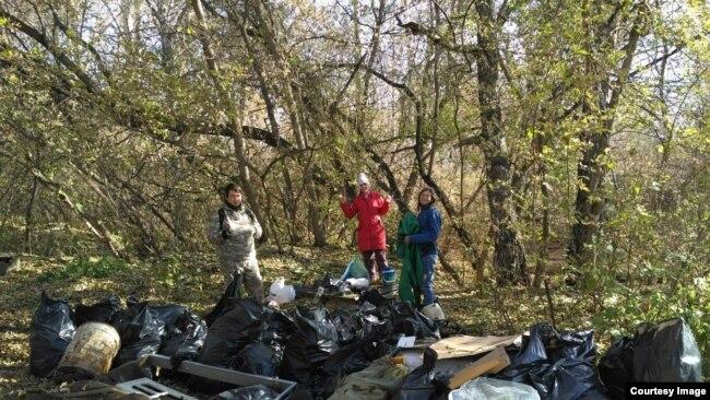 Активисты убирают мусор с побережья Издревой