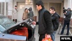 """ҰҚК-нің қызметкерлері """"Алма-Ата-Инфо"""" редакциясынан тәркіленген заттарды көлікке тиеп жатыр. Алматы, 1 желтоқсан, 2008 жыл"""