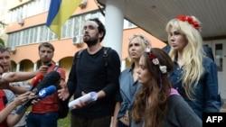 Три участницы FEMEN и фотограф Дмитрий Костюков после выхода из здания суда. 28 июля 2013 года
