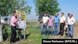 Anatol Fala (stânga) de vorbă cu fermieri