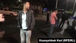 Әуезов аудандық полиция бөліміне әкелінген адам. Алматы, 11 маусым 2019 жыл.