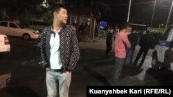 Люди у отдела полиции Ауэзовского района по улице Утеген-батыра после задержаний на улице Толе-би. Алматы, 11 июня 2019 года.