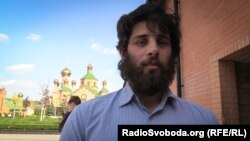 Бойовик Рафаель Лусваргі на території Свято-Покровського Голосіївського монастиря УПЦ (Московського патріархату)