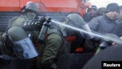 Север Косова: солдаты KFOR применили слезоточивый газ против сербских демонстрантов