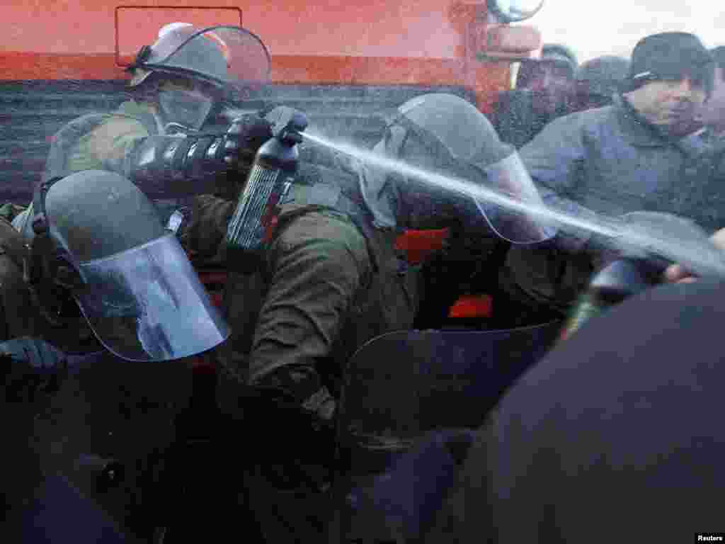 Njemačke snage KFOR-a u Jarinje sukobile se sa okupljenim Srbima, 20.10.2011. Foto: Reuters / Marko Đurica