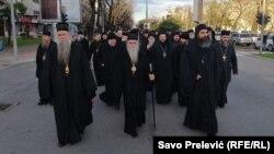 Mitropolit SPC Amfilohije je poručio poslanicima crnogorskog parlamenta da ne dozvole sebi da neko izmanipuliše njihovim odlukama