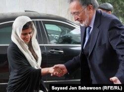 Пакистандын тышкы иштер министри Хина Раббани Кар айымды Ооганстандын тышкы иштер министри Залмай Расул тосуп алууда. Кабул. 1-февраль, 2012