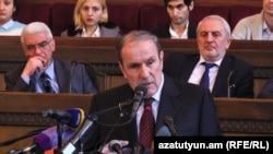 Լևոն Տեր-Պետրոսյանը ելույթ է ունենում «Հայ Ազգային Կոնգրես»-ի 2-րդ համագումարում, Երևան, 17-ը դեկտեմբերի, 2016 թ․