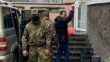 Эмиля Курбединова заводят в здание Киевского районного суда Симферополя, 6 декабря 2018 года