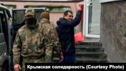 Еміль Курбедінов (праворуч) біля будівлі Київського районного суду Сімферополя