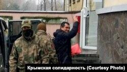 Еміль Курбедінов біля будівлі Київського районного суду Сімферополя