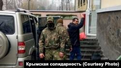 Адвоката Эмиля Курбединова заводят в здание суда. Симферополь, 6 декабря 2018 года