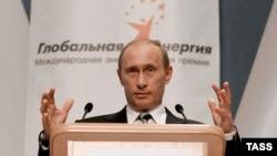 Журналисты отмечают, что в программе форума в этом году имя Владимира Путина официально не значится. Многие считают, что таким образом премьер-министр России хочет подчеркнуть значимость нового президента