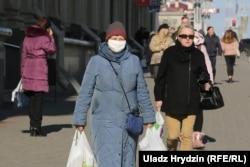 Многие люди предпочитают ходить в масках. Фотография сделана в Минске 5 апреля