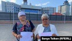 Аманбике Егизбаева и Зияда Утебекова возле здания комитета национальной безопасности. Нур-Султан. 29 августа 2019 года.