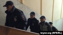 """Arhiv fotoresimi: Aqmescitniñ Kiyev rayon mahkemesi. """"26 fevral işiniñ"""" qabaatlısı Mustafa Degermenci ve rus bekçileri. 2015 s."""