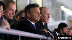 Президент международной федерации хоккея Рене Фазель (слева) в Сочи