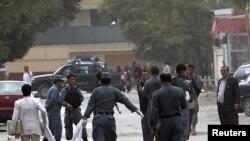 په کابل کې افغان پولیس د یوه ځانمرګي برید کونکی مړی وړي.