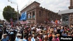 Սամվել Ալեքսանյանի կողմնակիցների ցույցը Փակ շուկայի մոտ, սեպտեմբեր, 2013թ․