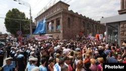 Armenia - Supporters of businessman Samvel Aleksanian demonstrate outside Yerevan's central covered market owned by him, 2Sep2013.
