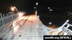 """Мост в парке отдыха """"Озеро молодёжи"""" решёточные перила которого обрушились во время концерта 8 августа этого года."""