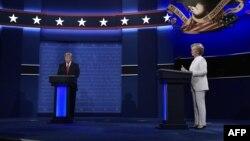 ABŞ prezidentliyinə namizədlər Donald Tramp (solda) və Hilari Klinton (sağda) üçüncü və son teledebat zamanı. Oktyabr 2016.