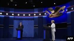 Хиллари Клинтон и Дональд Трамп во время третьих президентских дебатов