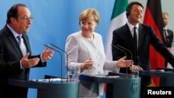 Francois Hollande (majtas), Angela Merkel (në mes) dhe Matteo Renzi gjatë konferencës së djeshme me gazetarë në Bruksel