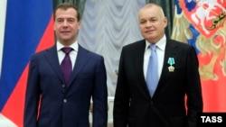 Дмитрий Киселев получает государственную награду из рук Дмитрия Медведева