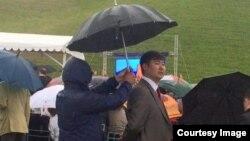 Прокурор Бишкека Нурлан Сулайманкулов (под зонтом).