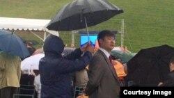 Социалдык тармакта талкуу жараткан Бишкек шаар прокурорунун кол чатыры.