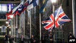Служители на Европейския парламент свалят официалния флаг на Обединеното кралство от пилоните пред сградата в Брюксел, след като страната напусна ЕС в полунощ на 1 февруари