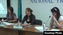 Гештальтпсихолог Надежда Шерьязданова (в центре) дает пресс-конференцию в Алматы о положении психологов в Казахстане. Алматы, 9 июля 2013 года.