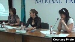 Гештальтпсихолог Надежда Шерьязданова (в середине) дает пресс-конференцию в Алматы о положении психологов в Казахстане. Алматы, 9 июля 2013 года.