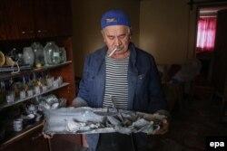 Чоловік тримає залишки ракетного снаряда. Дебальцеве, 22 вересня 2014 року